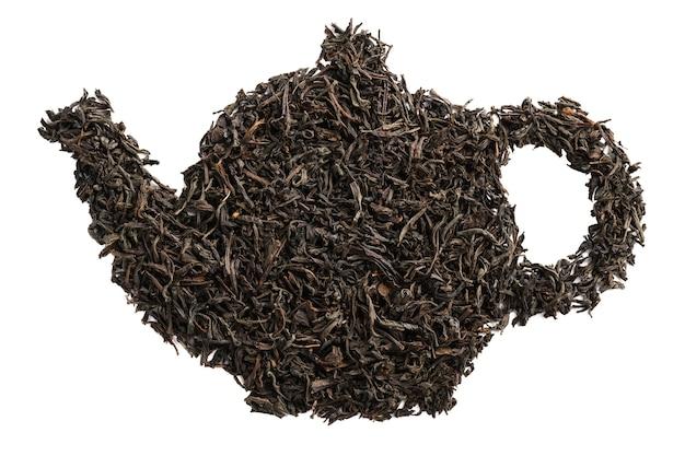 Forma de bule feita de folhas secas de chá preto. isolado.