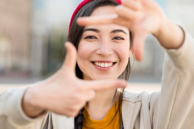 Forma de câmera de mulher com as mãos
