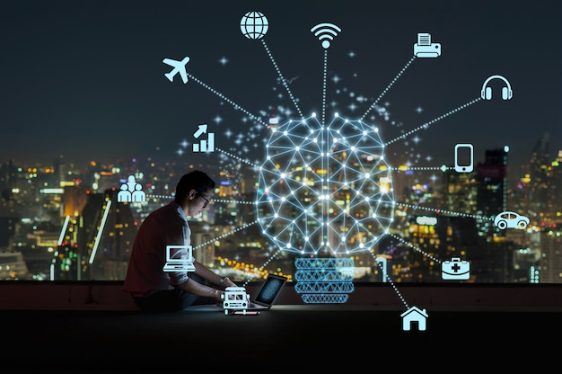 Forma de cérebro poligonal de uma inteligência artificial com vários ícone da cidade inteligente