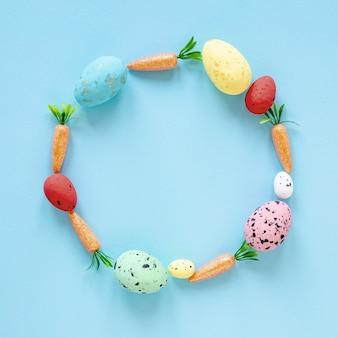 Forma de círculo de cenouras e ovos de páscoa