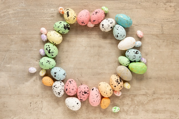 Forma de círculo feita de ovos de páscoa