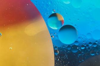 Forma de círculo sobre o fundo molhado pintado