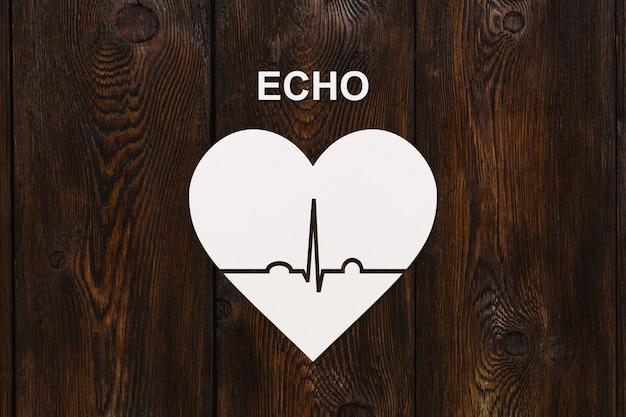 Forma de coração com ecocardiograma e texto de eco. conceito de saúde ou cardiologia.