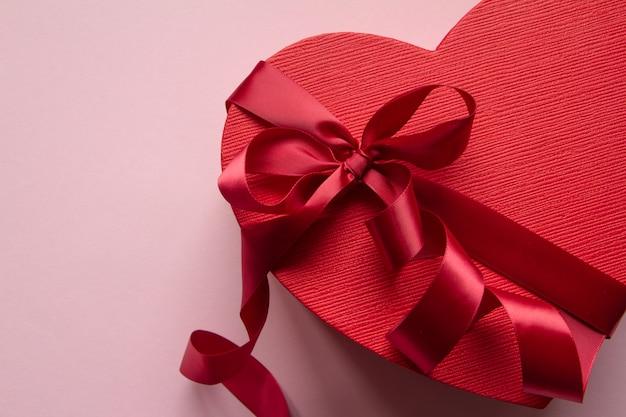 Forma de coração de caixa de presente vermelha com fita vermelha