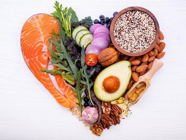Forma de coração de carboidratos cetogênicos dieta conceito.
