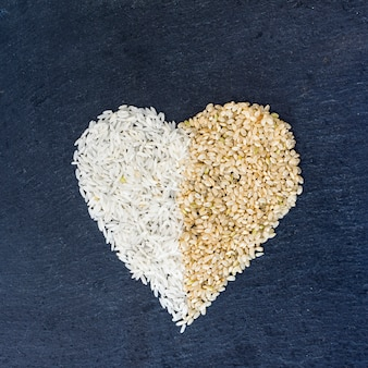 Forma de coração de grãos de arroz na mesa