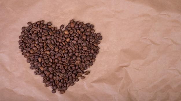 Forma de coração de grãos de café em papel
