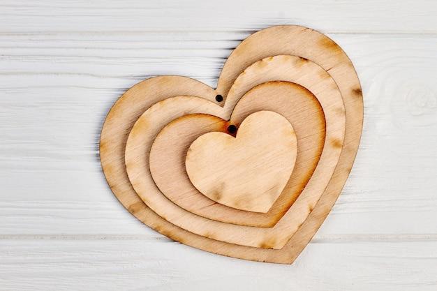 Forma de coração de madeira decorativa. placas de etiquetas de artesanato. enfeites de madeira para o feriado de natal.