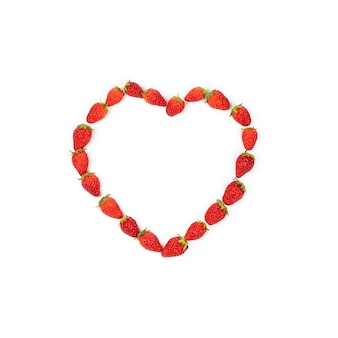 Forma de coração de morangos na linha. morango fresco vermelho