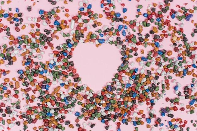 Forma de coração de pequenas pedras na mesa