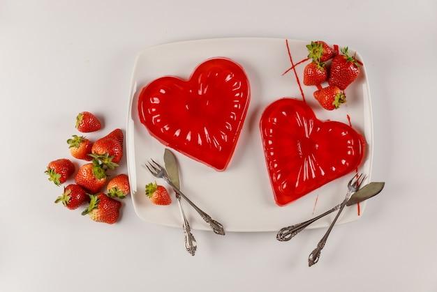 Forma de coração de sobremesa deliciosa gelatina de morango para casal