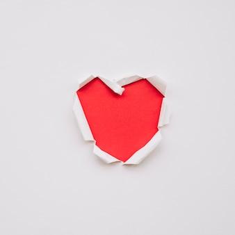 Forma de coração em papel rasgado
