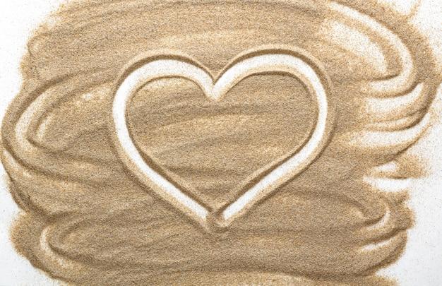 Forma de coração feita de areia.