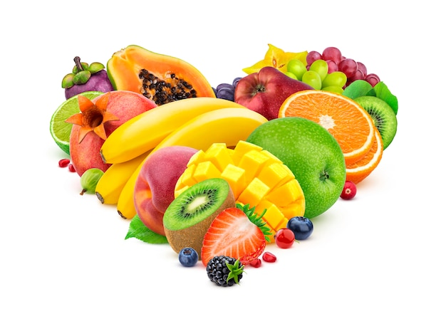 Forma de coração feita de diferentes frutas e bagas, isoladas no fundo branco