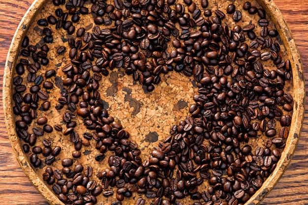 Forma de coração feita de grãos de café