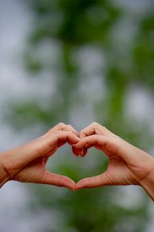 Forma de coração feito à mão para os entes queridos no dia do amor dia do amor