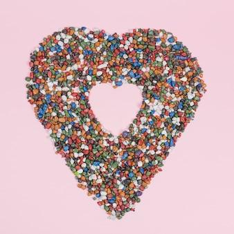 Forma de coração grande de pedras na mesa