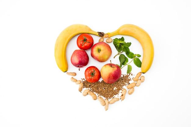 Forma de coração por vários vegetais e frutas