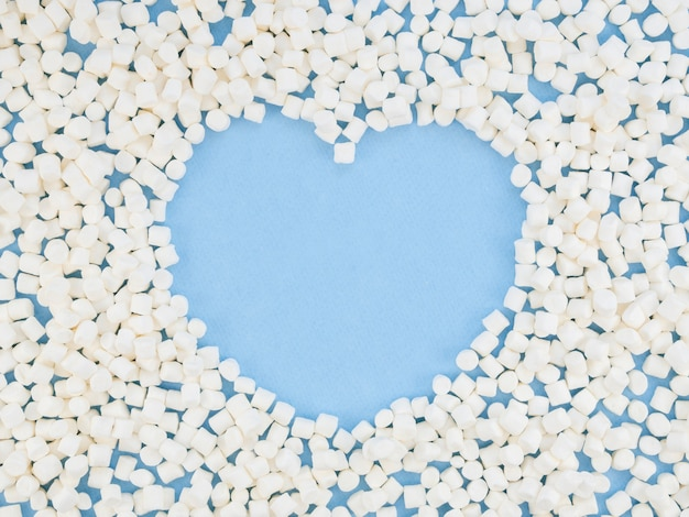 Forma de coração rodeada de doces