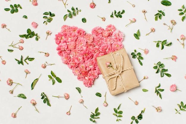 Forma de coração rosa de flores com presente