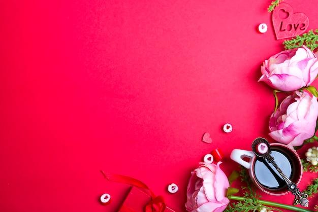 Forma de coração vermelho doce na colher