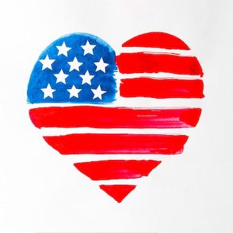 Forma de coração vermelho e azul pintada bandeira eua isolada no pano de fundo branco