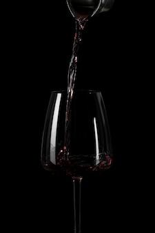 Forma de derramar vinho no escuro