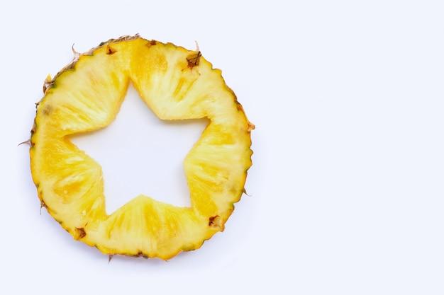 Forma de estrela cortada em fatia de abacaxi fresco no fundo branco