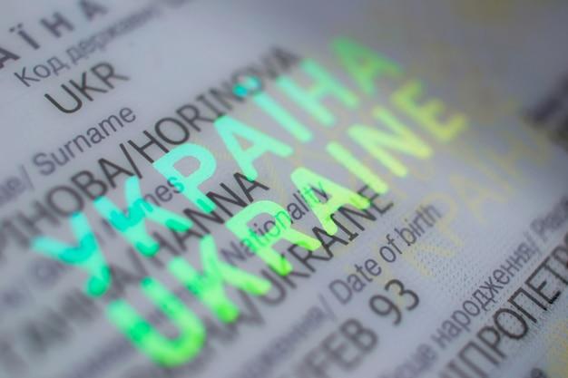 Forma de ouro país ucrânia no passaporte close-up