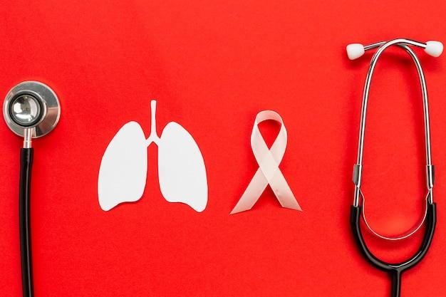 Forma de papel de pulmões com estetoscópio