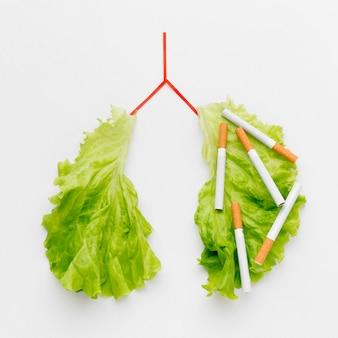 Forma de pulmões com salada e cigarros