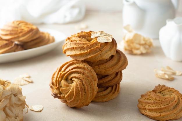 Forma de redemoinho de biscoitos de manteiga de amendoim. lanches caseiros de proteína saudável, sobremesa saudável