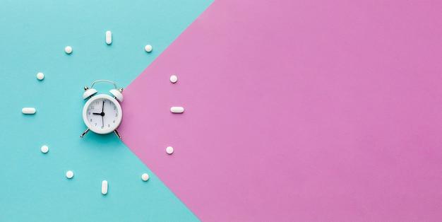 Forma de relógio de cópia-espaço de comprimidos