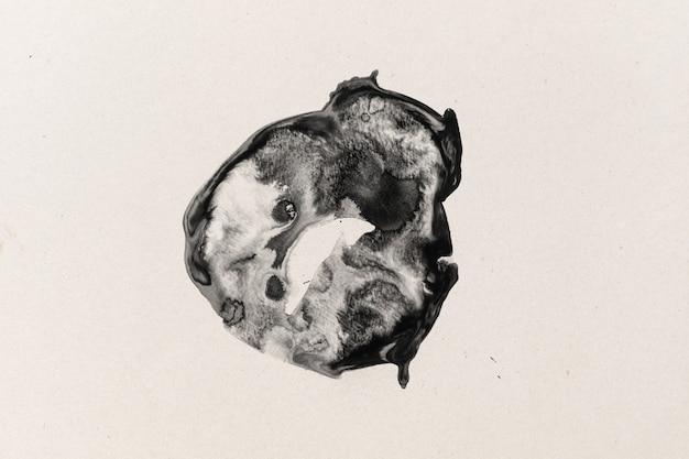 Forma de tinta preta em papel de aquarela com fundo texturizado