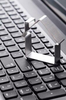 Forma de uma casa sobre o teclado