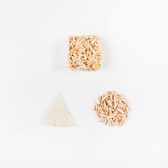 Forma feita com arroz tufado contra fundo branco