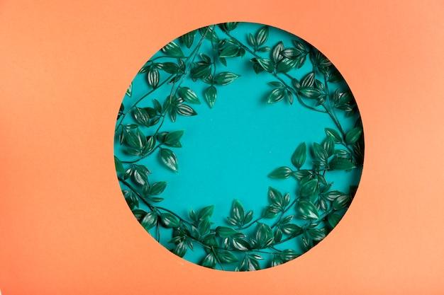 Forma geométrica de papel com folhas dentro