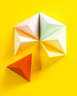 Forma geométrica de papel na mesa