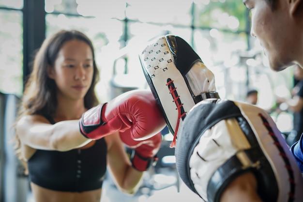 Forma jovem, treinamento com luvas de boxe