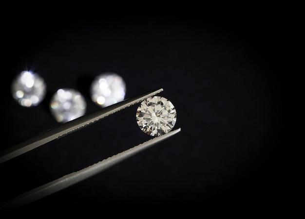Forma redonda de diamante em pinças.