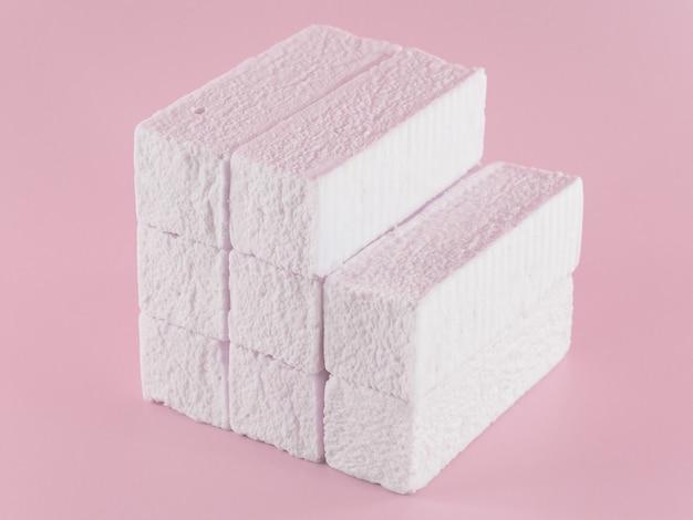 Forma retangular de marshmallow rosa doce na forma de uma forma geométrica.