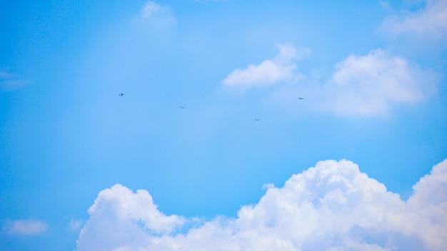 Formação de aviões voando no céu distante, céu azul, japão