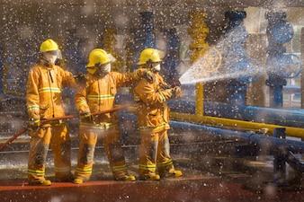 Formação de bombeiros, desfocar o primeiro plano é gota de água