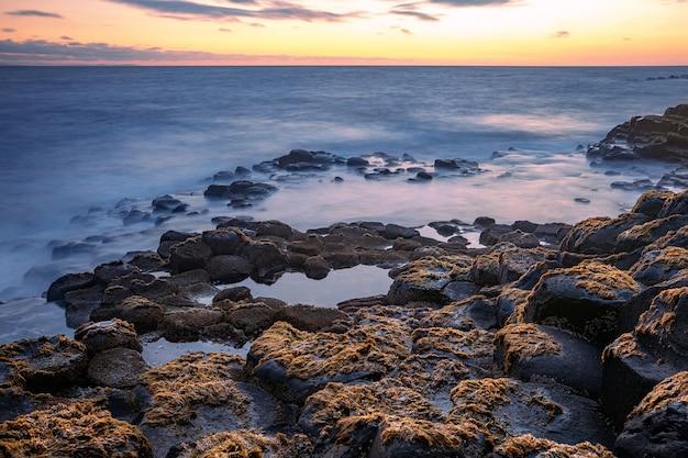 Formação de rochas basálticas giant's causeway, port ganny bay e great stookan, county antrim, irlanda do norte, reino unido