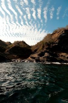 Formação rocha, ligado, a, costa, tagus, enseada, isabela, ilha, ilhas galapagos, equador