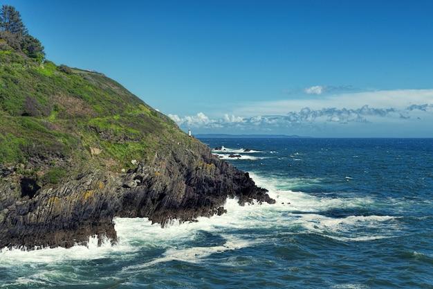 Formação rochosa ao lado do mar azul