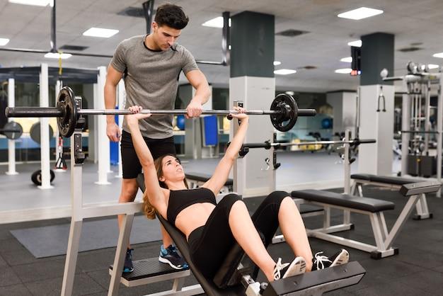 Formação saudável do corpo esporte homem