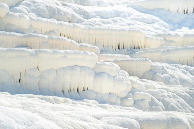 Formações carbonáticas naturais em uma montanha em pamukkale, turquia