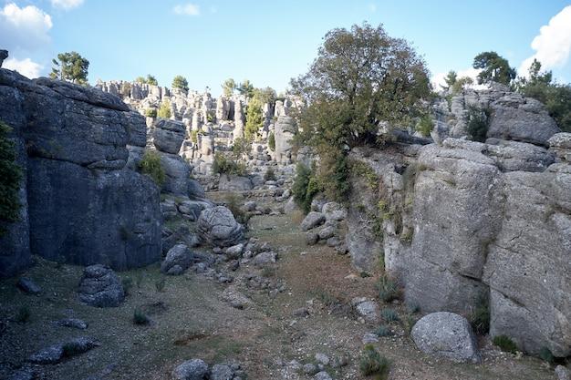Formações rochosas de adamkayalar em um dia de verão. belas colunas rochosas no fundo do céu azul.