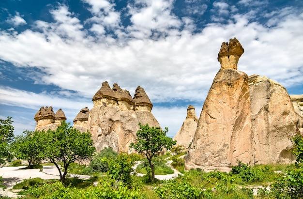 Formações rochosas de fairy chimney no parque nacional de goreme, na capadócia, na turquia